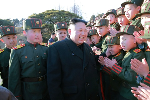 Vo Kim Jong Un tai xuat tuoi tan ben chong sau nhieu thang hinh anh 3