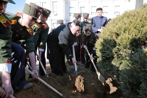 Vo Kim Jong Un tai xuat tuoi tan ben chong sau nhieu thang hinh anh 5