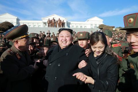 Vo Kim Jong Un tai xuat tuoi tan ben chong sau nhieu thang hinh anh 1
