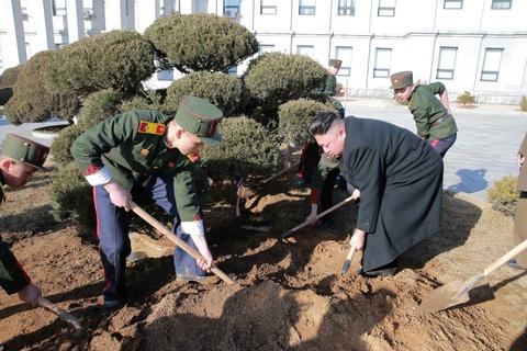 Vo Kim Jong Un tai xuat tuoi tan ben chong sau nhieu thang hinh anh 4
