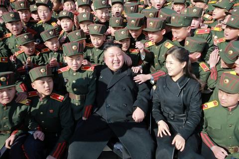 Vo Kim Jong Un tai xuat tuoi tan ben chong sau nhieu thang hinh anh 2