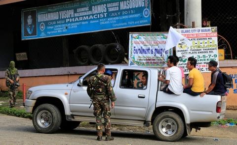 Canh dan Philippines treo co trang trong giao tranh chong IS hinh anh 3