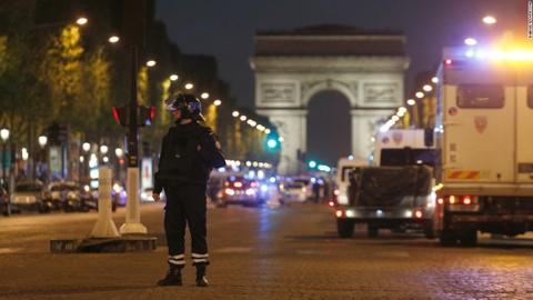 Bao vay dai lo Champs Elysees sau khi xe canh sat bi tan cong hinh anh