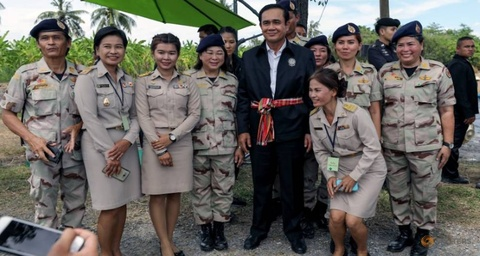 Khong con Yingluck, phe quan su Thai muon nam quyen lau hon? hinh anh 3