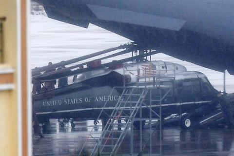 May bay C-17 dua Marine One cua Tong thong Trump dap xuong Da Nang hinh anh