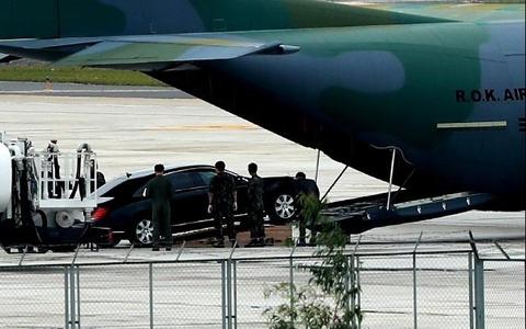 'Ngua tho' C-130 dua xe cua tong thong Han Quoc den Da Nang hinh anh
