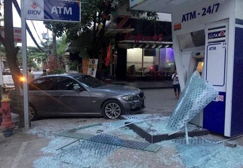 Oto BMW lao vao tru ATM ngan hang BIDV o Sai Gon hinh anh