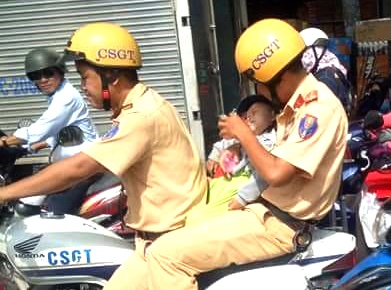CSGT Sai Gon dung moto dac chung cho be 14 thang tuoi di cap cuu hinh anh
