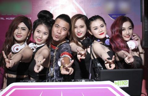 Wang Tran cung co gai trieu view to chuc cuoc thi Miss DJ hinh anh