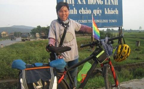 9X di xuyen Viet ung ho LGBT bang xe dap va 1 trieu dong hinh anh