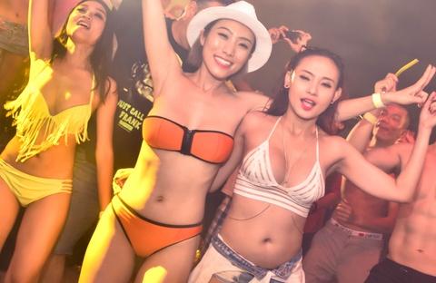 DJ Ty Ty khuay dong 4.000 ban tre trong tiec bikini hinh anh