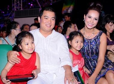 Minh Khang dua hai con di ung ho ba xa Thuy Hanh hinh anh