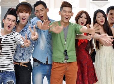 Top 10 F-idol hao hung bieu dien truoc ong kinh hinh anh