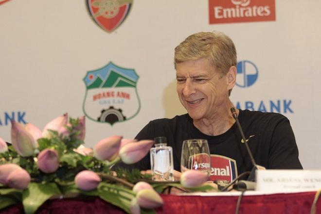 HLV Wenger chuc mung, chao don U19 VN den Arsenal hinh anh