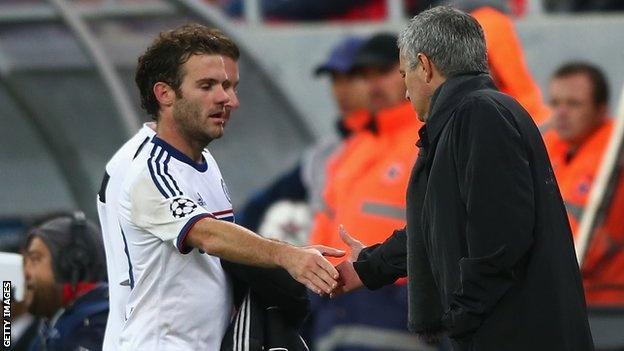 Mourinho tiec nuoi khi de Mata ra di hinh anh