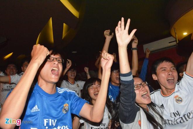 Fan Real Madrid tai TP.HCM mung chien thang ngay trong dem hinh anh 7