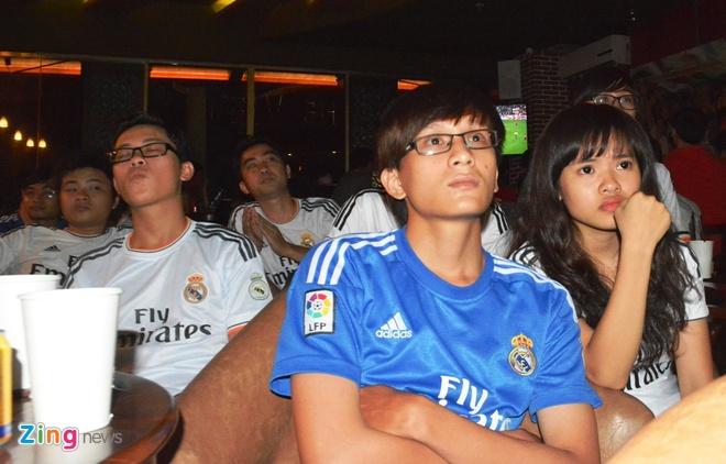 Fan Real Madrid tai TP.HCM mung chien thang ngay trong dem hinh anh 5