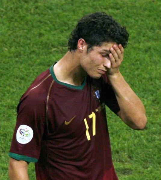 Ronaldo - nan nhan o tran dau bao luc nhat lich su World Cup hinh anh