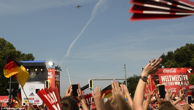 Chiếc máy bay chở tuyển Đức hạ cánh xuống Berlin thu hút sự chú ý ngay từ khi còn... trên trời.