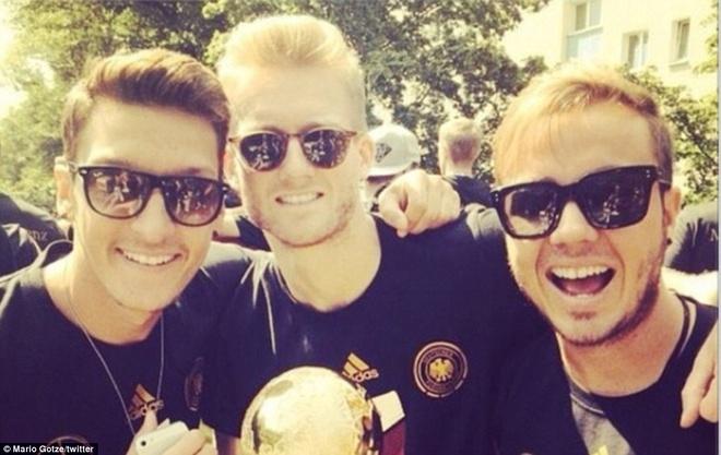Các cầu thủ như Ozil, Mario Gotze cũng không quên chụp hình tự sướng trên xe buýt diễu hành rồi đăng lên mạng xã hội. Twitter của Ozil có hơn 7,4 triệu người theo dõi. Anh đăng 1 tấm hình cùng dòng chú thích: