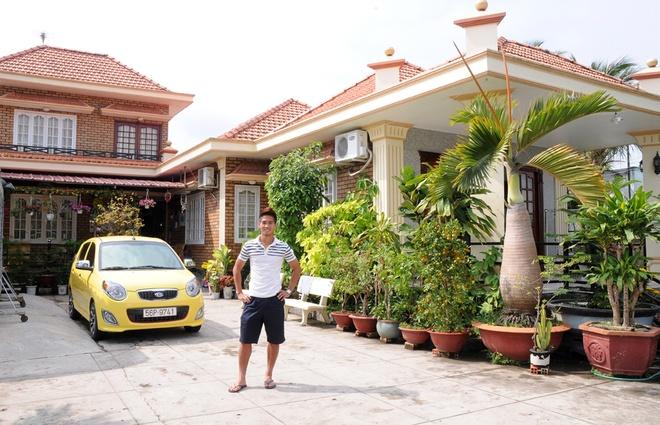 Cuoc song giau sang cua 3 cau thu bi tinh nghi ca do hinh anh 1 Nguyễn Thành Long Giang trước căn nhà của gia đình ở thị xã Gò Công (Tiền Giang). Ảnh: Megafun.