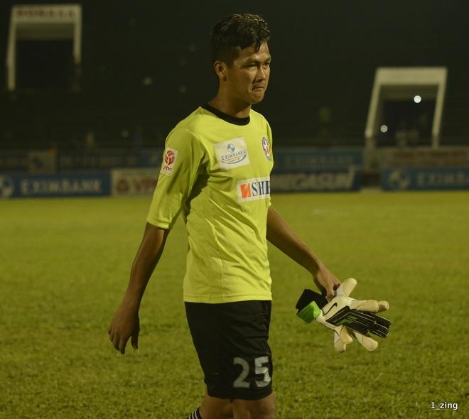 Thủ môn Lê Văn Hưng mắc lỗi lớn trong 2 bàn thua của SHB.Đà Nẵng.