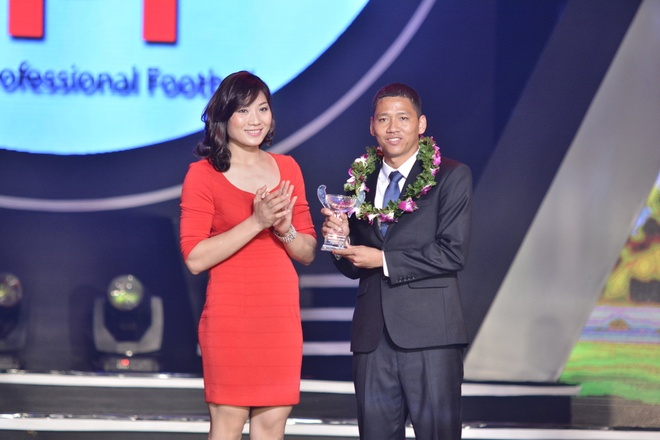 Hoa khoi bong chuyen trao giai cho cau thu so 1 V.League hinh anh