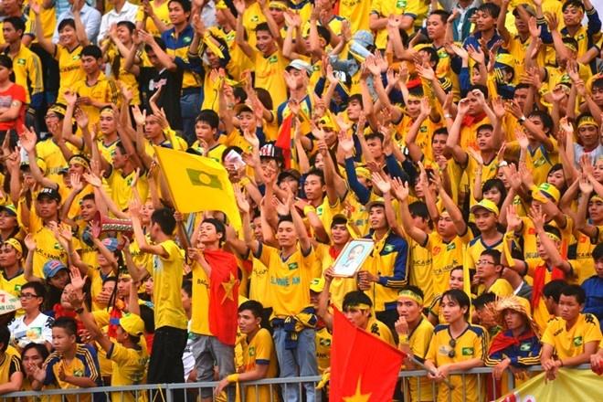Chuyen kiem tien cua cac CLB the thao Viet Nam hinh anh 1 Sông Lam Nghệ An là đội bóng có lượng cổ động viên trung thành bậc nhất V.League, nhưng họ vẫn sống bằng ngân sách là chủ yếu.