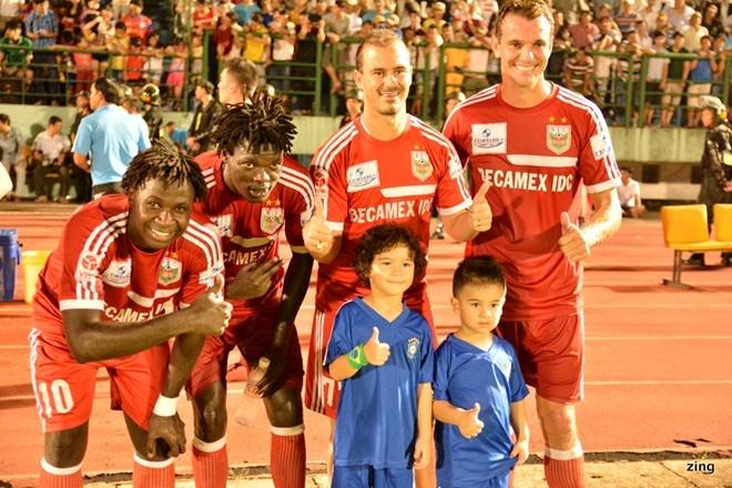 Chuyen kiem tien cua cac CLB the thao Viet Nam hinh anh 2 Năm nay B.Bình Dương không còn được Martime Bank tài trợ áo đấu với số tiền 15 tỷ/năm nhưng họ vẫn là đội bóng khai thác thương quyền tốt nhất tại V.League.