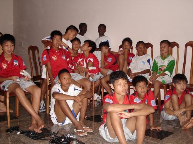 Muon neo duong vao U19 Viet Nam hinh anh 4 Quang Hải (mặc áo có chữ Milo màu trắng), khá nhút nhát bên cạnh những Đông Triều, Tuấn Anh, Xuân Trường ở thời điểm thử chân vào cuối năm 2008.