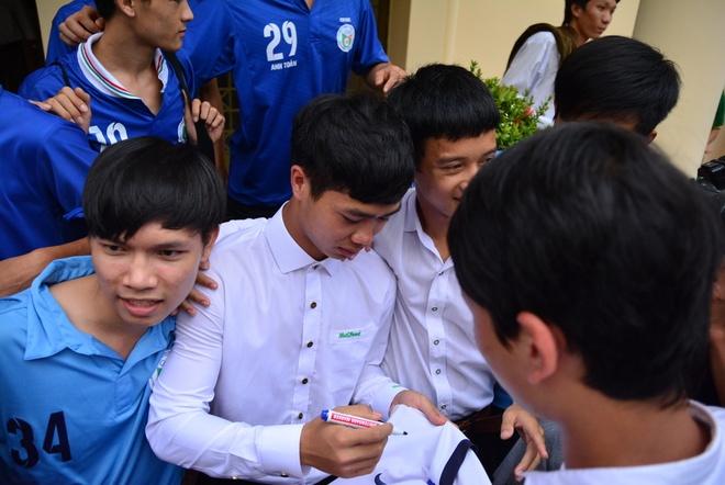 Fan chen lan xin chu ky Cong Phuong trong ngay nhap hoc hinh anh