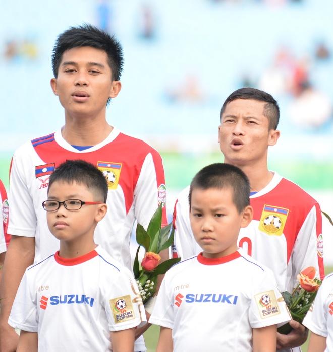 Phoutdavy Phommasane (bên trái) đứng cạnh Souk Aphone Vongchengkham  trong trận đấu gặp Philippines ở lượt trận đầu tiên.
