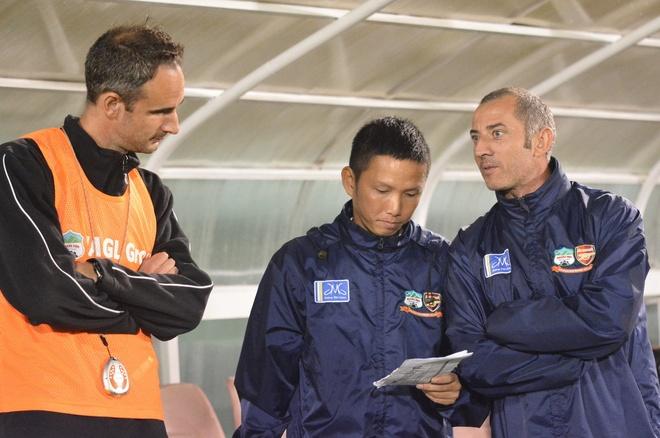 'Khong de ket hop lua Cong Phuong voi cuu binh' hinh anh 1 HLV Guillaume Graechen (ngoài cùng bên phải) còn rất nhiều điều phải làm để giúp HAGL thi đấu tốt tại V.League 2015.