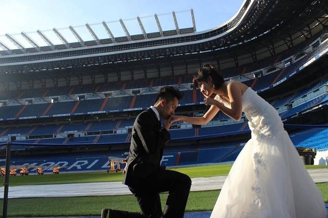 Cap doi Viet chup anh cuoi tren san Real Madrid hinh anh