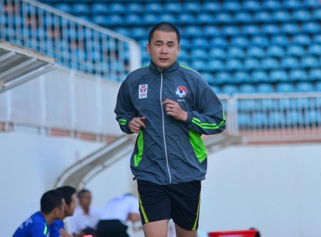 Trọng tài Nguyễn Trọng Thư có mặt trên sân Pleiku vào chiều nay. Ảnh: Nguyễn Đăng.
