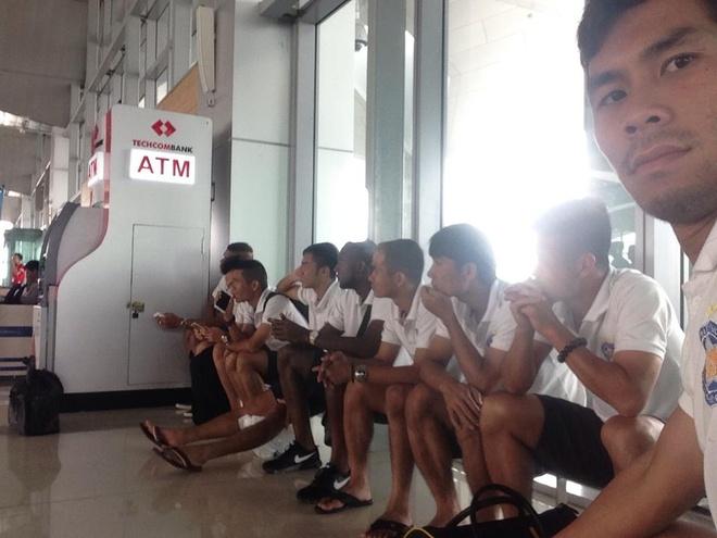 Cau thu V.League khon kho vi bao Vam Co hinh anh 1 Cầu thủ SHB.Đà Nẵng vạ vật ở sân bay do bị hoãn. Toàn đội sau đó về ở tại khách sạn Giao Tế để chờ phương án giải quyết.