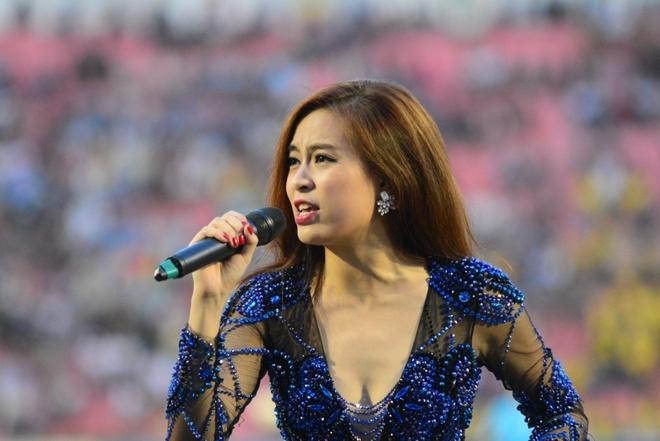 Hoang Thuy Linh, Bao Anh khuay dong ngay Binh Duong nhan Cup hinh anh