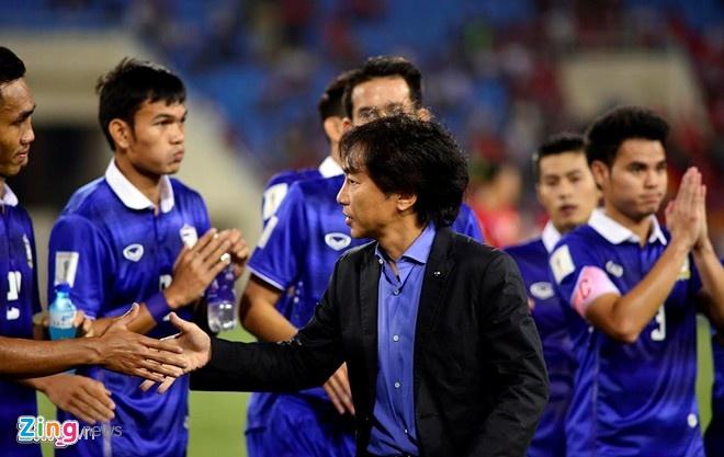 HLV Le Thuy Hai: 'Miura mac bay nguoi Thai' hinh anh 1 HLV Miura thua đồng nghiệp Kiatisak trong cả 4 lần đối đầu trong năm 2015.