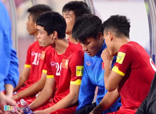 HLV Le Thuy Hai: 'Miura mac bay nguoi Thai' hinh anh 2 Mạc Hồng Quân (áo xanh) chơi rất kém nhưng vẫn được HLV Miura tin dùng.