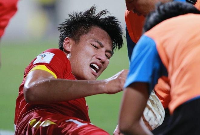 Mac Hong Quan phai chong nang sau tran thua Thai Lan hinh anh