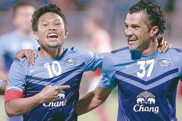 10 diem khac biet giua bong da Thai Lan va Viet Nam hinh anh 2 Chonburi không phải là đội bóng nổi tiếng nhất của Thái Lan hiện tại nhưng họ có đến gần 10 nhà tài trợ, giúp đội có doanh thu rất ổn định.