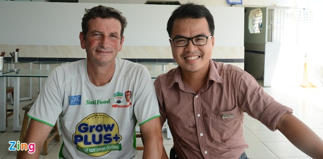 Hoc tro cu Wenger du doan Tuan Anh, Cong Phuong thanh cong hinh anh 2 Franck Durix và tác giả bài viết. Ảnh: Hoàng Tâm