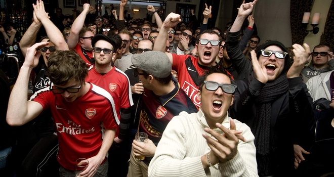 Nguoi dan Anh mat them tien vi ban quyen Premier League hinh anh 2 Người dân anh rất thích tụ tập ở nơi đông người để xem các trận đấu của giải NH Anh.