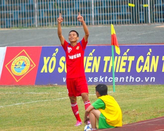 Vua pha luoi noi ve khoac ao Hai Phong hinh anh 1 Lê Văn Thắng thể hiện phong độ tuyệt vời ở mùa bóng 2015. Ảnh: Hoàng Tâm.