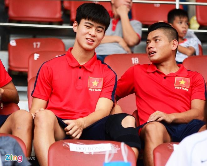 Duy Manh dinh chan thuong nang truoc dot tap trung U23 VN hinh anh 1 Duy Mạnh ngồi xem các đồng đội thi đấu chiều 29/11.