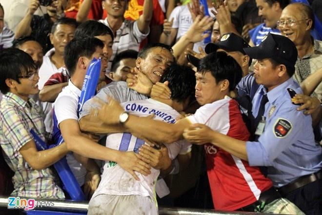 Cong Phuong om bo duoi mua nhan de cu giai Fair-Play hinh anh 1 Công Phượng không quên bố trong ngày anh thi đấu thăng hoa giúp U21 HAGL bảo vệ thành công ngôi vô địch giải U21 quốc tế.