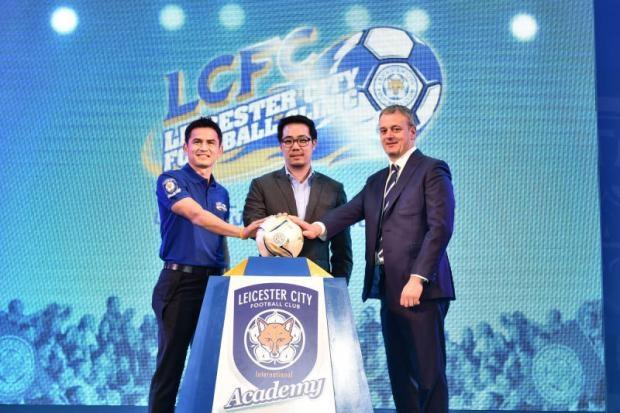 Thai Lan om mong World Cup tu 16 cau thu an tap o Anh hinh anh 3 Kiatisak và đại diện đội bóng nước Anh trong ngày ra mắt dự án Leicester City Football Clinic tại Thái Lan.