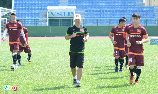 HLV Miura cho U23 Viet Nam tap chay giua trua nong hinh anh 1