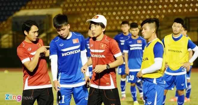 HLV Miura ket hop Cong Phuong va vua pha luoi giai U21 hinh anh 2 HLV Miura chỉ bảo các tiền đạo và hậu vệ đứng vị trí khi có tình huống cố định.