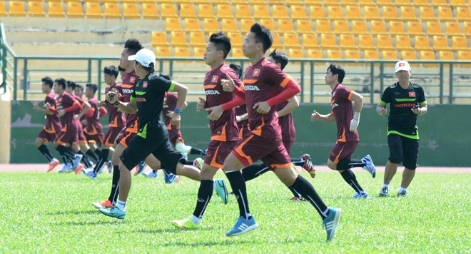 HLV Miura cho U23 Viet Nam tap chay giua trua nong hinh anh